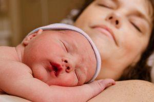hechting baby breast crawl in slaap vallen
