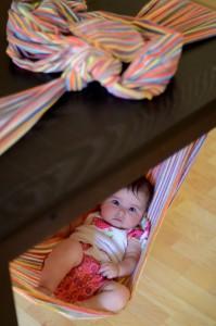baby slaapt in de draagdoek als hangmat geknoopt