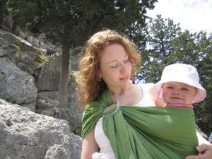 baby dragen op vakantie