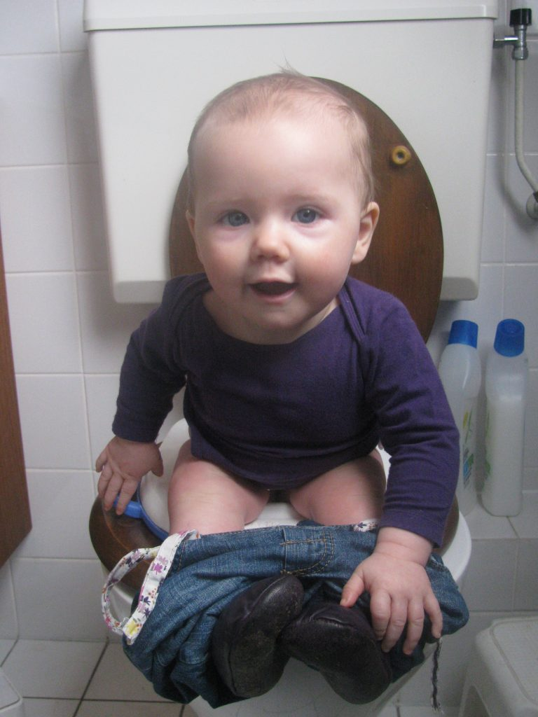 dragen en wasbare luiers - Fien op de grote mensen WC
